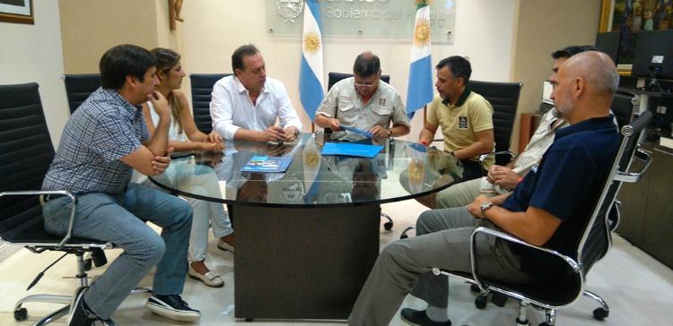 El ministro Santos reunido durante el anuncio de las obras en El Impenetrable