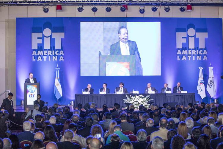 Santos dando su discurso en la apertura de la FIT